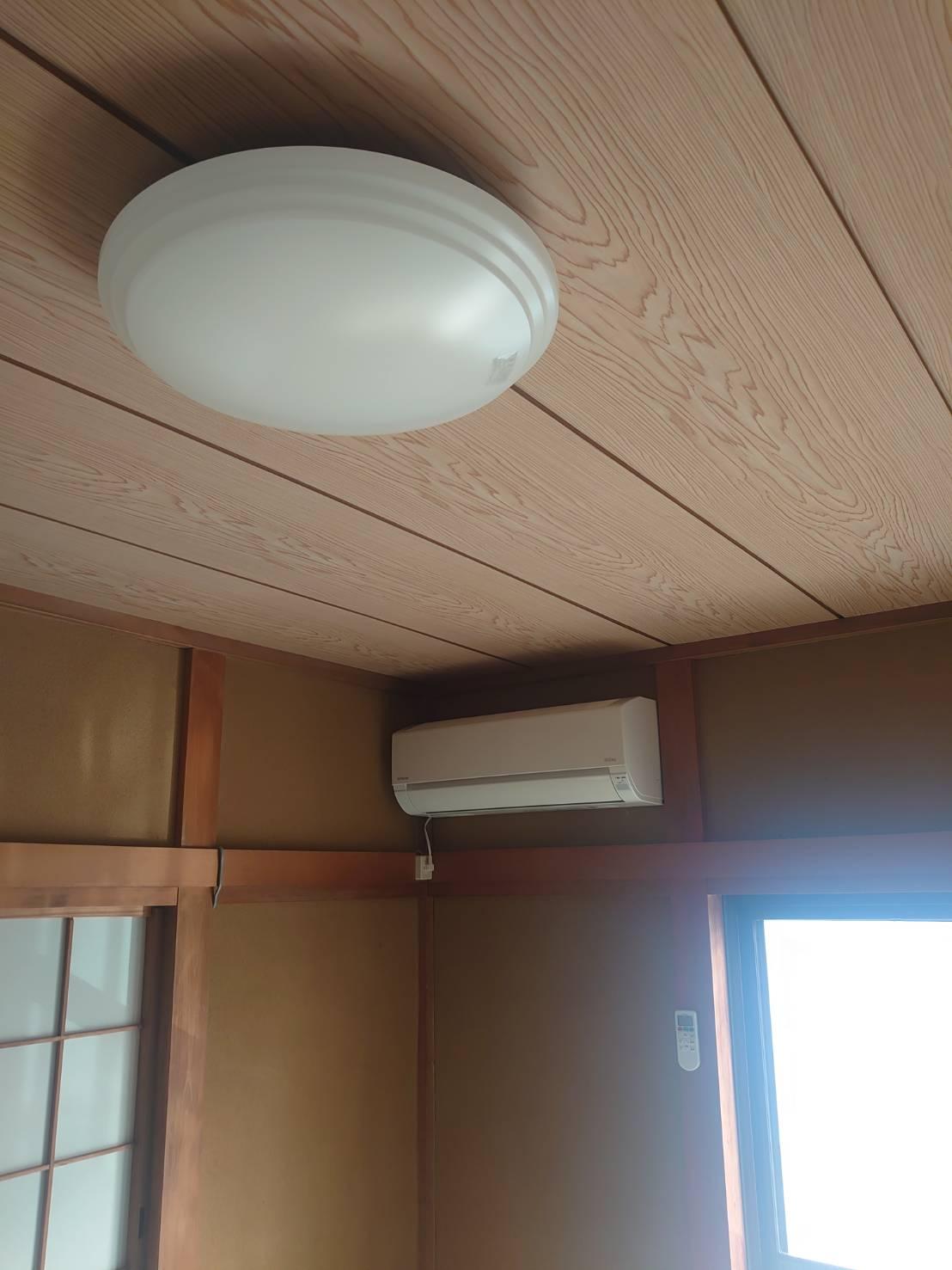 エアコン新設工事、穴あけも慎重に行います。LEDシーリングライトで空間も広がります!