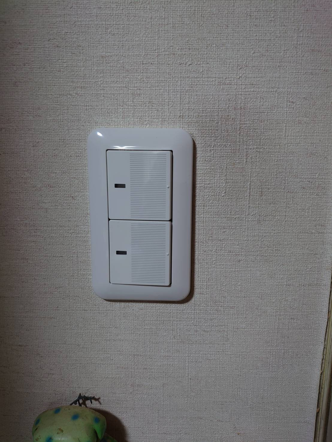 電気スイッチの交換。 真っ暗な部屋でも、スイッチの位置がすぐわかる!